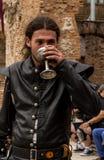 中世纪人饮用的酒 免版税库存图片