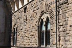 中世纪佛罗伦丁的大厦Windows  从Palazzo Vecchio,佛罗伦萨,托斯卡纳,意大利的顶端看法 免版税库存照片