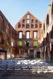 中世纪修道院的砖废墟有就座安排的为 免版税库存图片