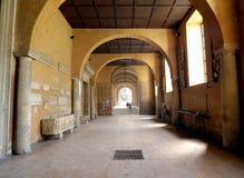 中世纪修道院的走廊 免版税库存照片