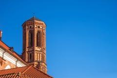 中世纪修道院钟楼(维尔纽斯,立陶宛) 免版税库存照片