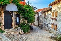 中世纪克罗地亚老街道,有开花的入口的在罗维尼,欧洲 免版税库存图片