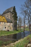 中世纪公爵的塔在村庄Siedlecin,护城河的看法 免版税库存图片