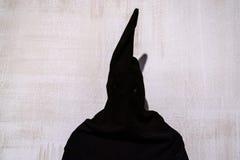 中世纪刽子手黑色礼服 免版税库存照片