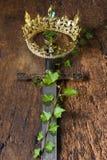 中世纪剑和冠 免版税库存照片