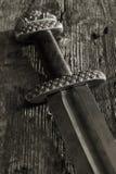 中世纪北欧海盗剑对木墙壁 免版税库存图片