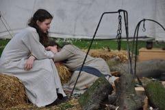 中世纪北欧海盗礼服的睡觉的女孩 库存图片