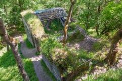 中世纪哥特式城堡废墟挖掘考古学站点在森林里 库存图片