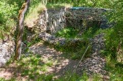 中世纪哥特式城堡废墟挖掘考古学站点在森林里 库存照片