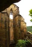 中世纪哥特式教会的废墟 免版税库存图片