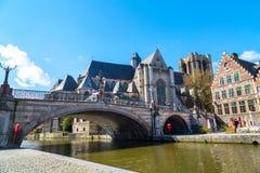 中世纪圣迈克尔桥梁、教会和运河在跟特,比利时 免版税库存照片