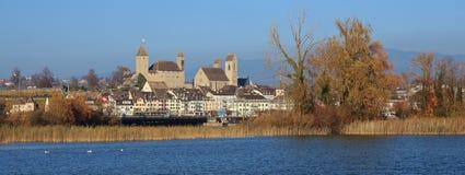 中世纪城堡和教会在拉珀斯维尔,圣加连小行政区, Swit 免版税库存图片