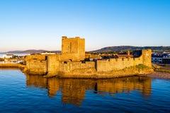 中世纪城堡在贝尔法斯特附近的Carrickfergus日出的 免版税库存照片