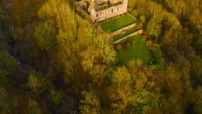 中世纪城堡坎伯废墟鸟瞰图在幽谷美元,克拉克曼南郡,苏格兰的 股票录像