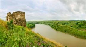 中世纪城堡塔在河岸的在Zhvanets,乌克兰 库存照片