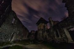 中世纪城堡废墟在晚上 免版税图库摄影