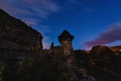 中世纪城堡废墟在晚上 免版税库存照片