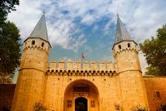 中世纪城堡的入口 免版税图库摄影