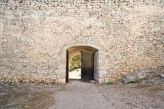 中世纪城堡的门开张 免版税库存照片