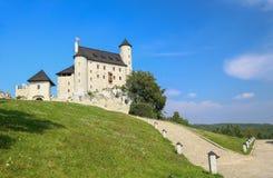 中世纪城堡的风景看法在博博利采村庄 波兰 免版税库存图片