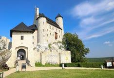 中世纪城堡的风景看法在博博利采村庄 波兰 免版税库存照片