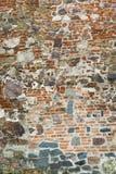 中世纪城堡老墙壁由红砖和石头制成 免版税库存照片