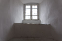 中世纪城堡老窗口与木制框架的 库存照片