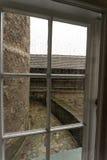 中世纪城堡老窗口与木制框架的 库存图片