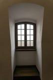 中世纪城堡老窗口与木制框架的 免版税库存图片