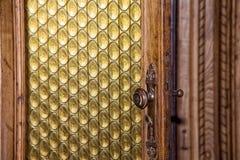 中世纪城堡黄色玻璃门细节 库存图片