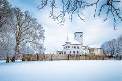 中世纪城堡Budatin附近的Zilina镇在冬天 库存照片