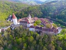 中世纪城堡Krivoklat鸟瞰图在捷克共和国的 库存照片