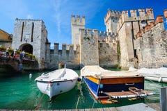 中世纪城堡Scaliger在湖的Lago di加尔达,北意大利老镇西尔苗内 库存照片