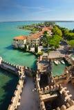 中世纪城堡Scaliger在湖的Lago di加尔达,北意大利老镇西尔苗内 免版税库存照片