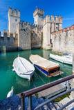 中世纪城堡Scaliger在湖的Lago di加尔达,北意大利老镇西尔苗内 图库摄影