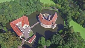 中世纪城堡Vischering的鸟瞰图在Luedinghausen,德国 影视素材