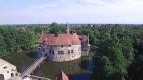 中世纪城堡Vischering的鸟瞰图在Luedinghausen,德国 股票录像