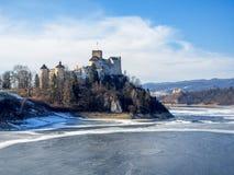 中世纪城堡Zamek在Niedzica,波兰,在冬天 免版税库存照片