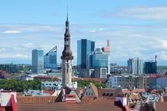 中世纪城市城镇厅的钉以现代城市为背景的 爱沙尼亚塔林 免版税库存照片
