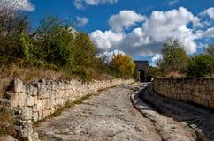 中世纪城市Chufut无头甘蓝,克里米亚东部防御门  免版税库存图片
