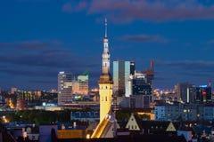 中世纪城镇厅的尖顶在晚上城市的背景中 夏天微明在塔林 库存照片