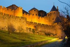 中世纪堡垒墙壁在晚上 卡尔卡松 库存图片