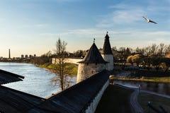 中世纪堡垒的两个塔河岸的 图库摄影