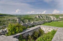 中世纪堡垒的古老废墟 免版税库存照片