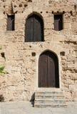 中世纪堡垒的闭合的木门 库存图片