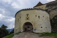 给中世纪堡垒装门塔在有山的Rasnov在后面 免版税图库摄影