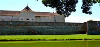 中世纪堡垒Fagaras和他的渠道在一个夏日 库存照片