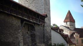 中世纪塔-一部分的城市墙壁 塔林,爱沙尼亚, 股票视频