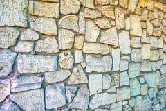 中世纪墓碑的片段在老犹太公墓在克拉科夫,波兰 免版税库存图片