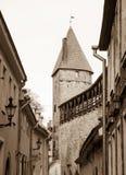 中世纪墙壁和塔在老塔林市 免版税图库摄影